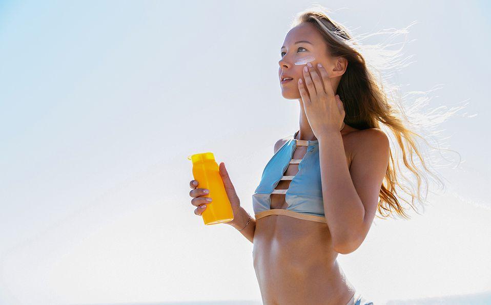 Si aplicamos protector solar en nuestra piel 30 minutos antes de salir, obtendremos mejores resultados. Foto: Archivo
