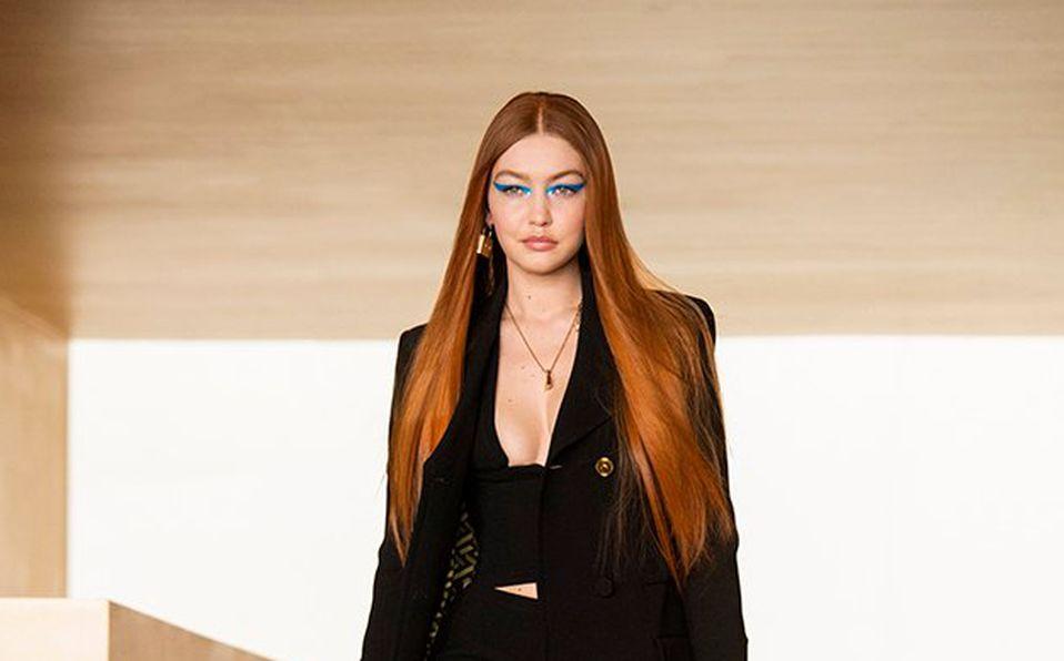 Gigi Hadid en la pasarela de Versace (Foto: Versace.com).