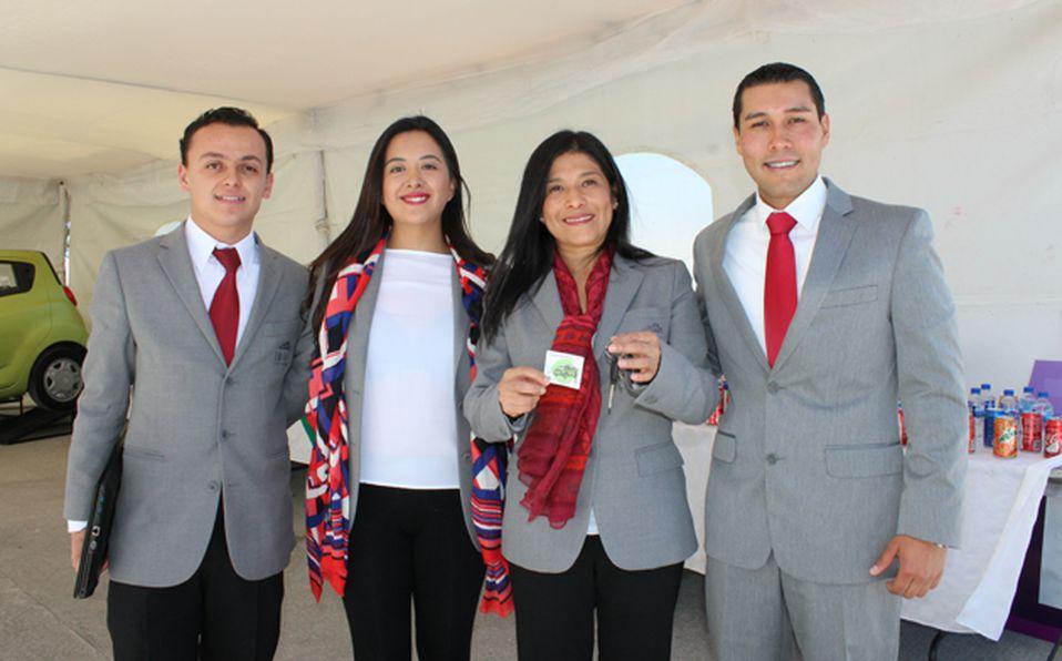 Directivos de Grupo Rico con ganadores  del sorteo