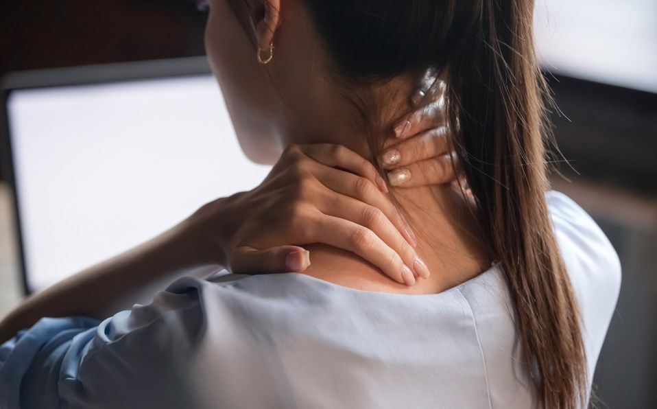 El agachar la cabeza constantemente para mirar el móvil y otros dispositivos nos puede generar problemas en el cuello (Foto: Getty Images)