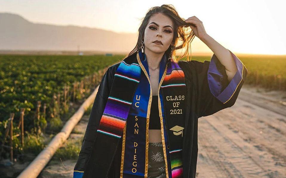 Jennifer Rocha, la migrante mexicana que realizó sus fotos de graduación en un campo de cultivo junto a sus padres. (Foto. Instagram).
