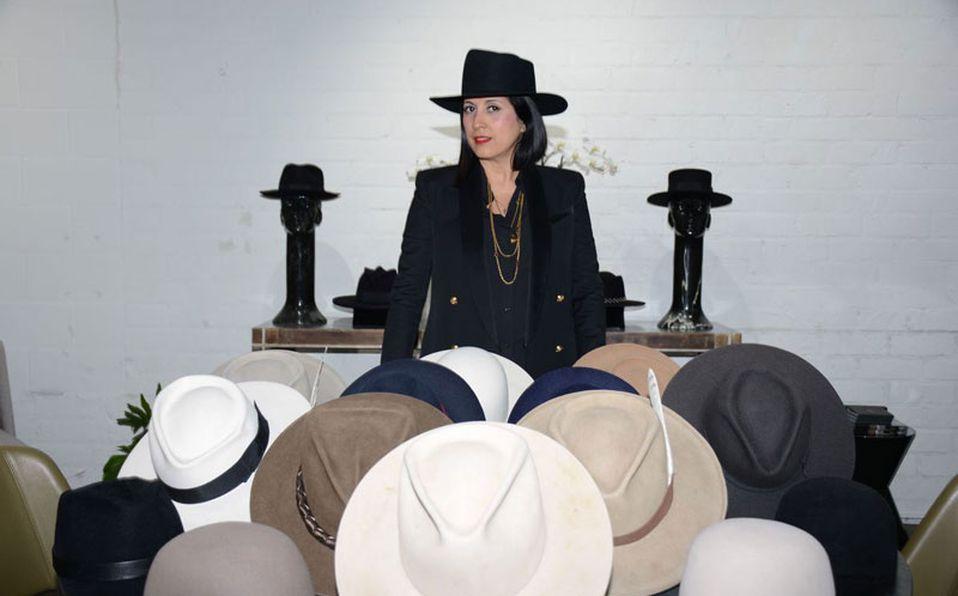 Gladys Tamez diseñadora de sombreros con un estilo clásico y escultural
