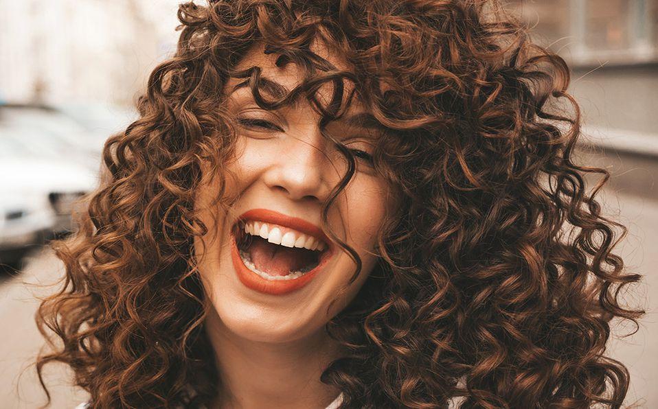 Atrévete a jugar con tu cabellera rizada para mostrar tu personalidad natural. Foto: Archivo
