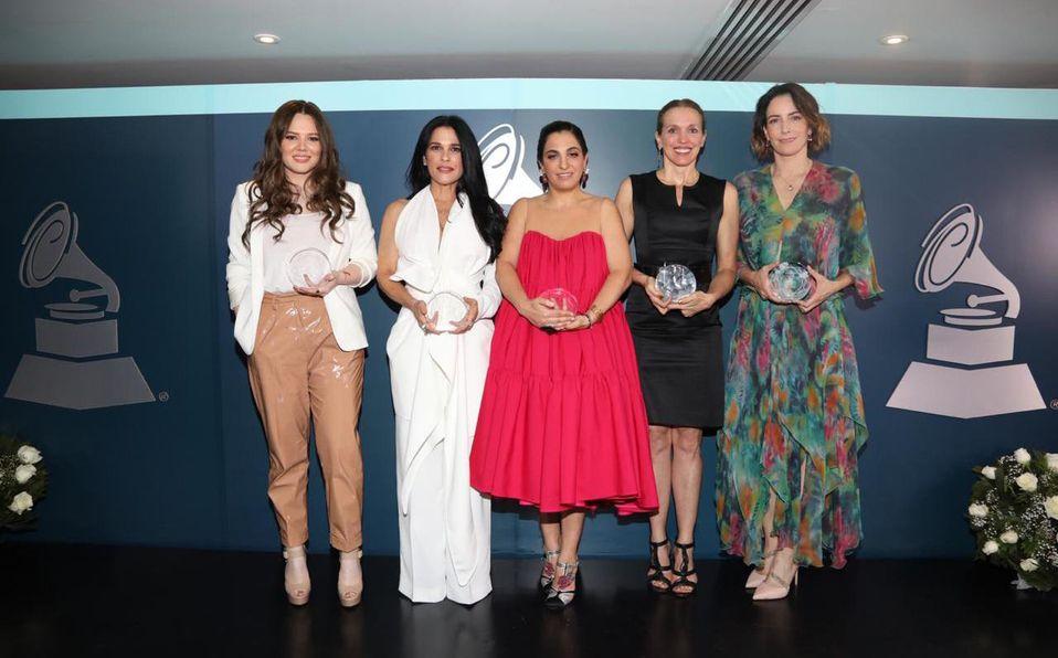 Soumaya Slim (de rosa en el centro) en una premiación de los Latin Grammy en la que la reconocieron