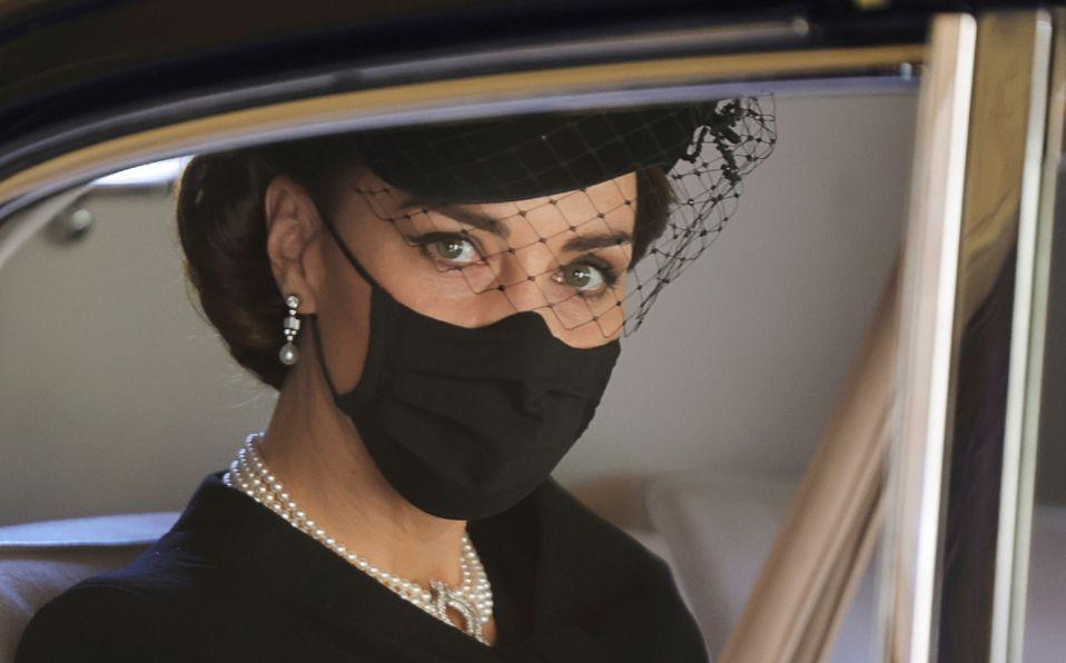 Kate Middleton le rinde tributo a la Reina y a Lady Di en el funeral de Felipe (Foto: Reuters)