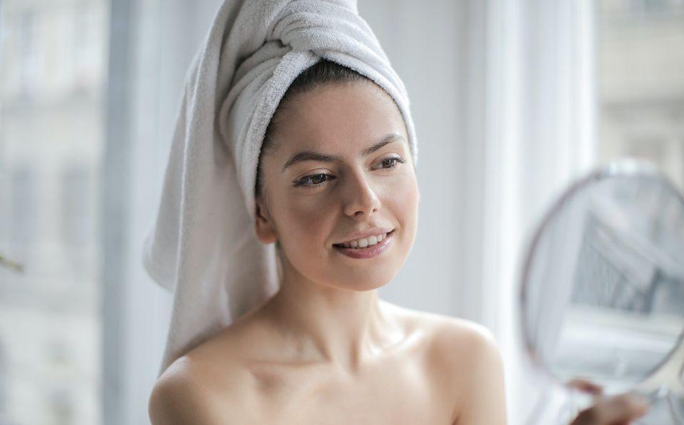 Después de lavar el rostro, lo ideal es continuar con un tónico que dé balance a nuestro pH (Foto: Pexels)