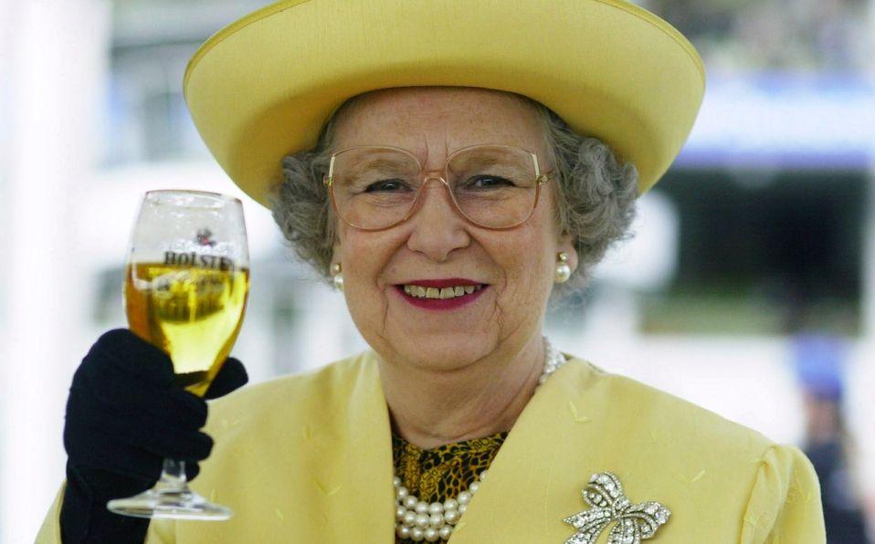 La Reina Isabel lanza su propia cerveza ¡la bebida favorita de Felipe! (Foto: Getty Images)