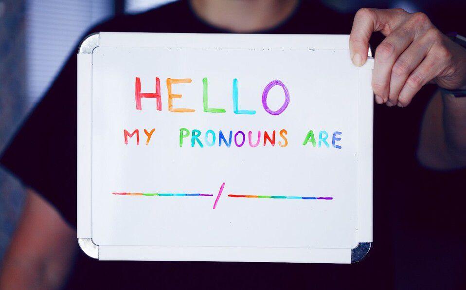 Por qué usar pronombres neutros y un lenguaje inclusivo con las personas que se identifican como no binarias. (Foto: Unsplash).