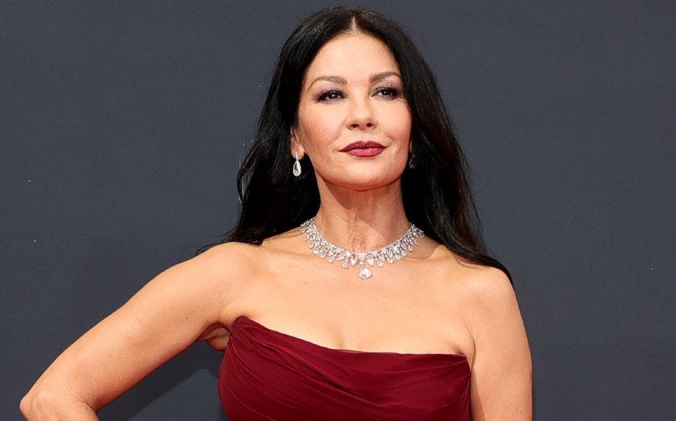 Catherine Zeta-Jones y el vestido rojo que llevó a los Emmys 2021 (Foto: Getty Images)