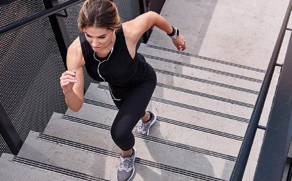 Cuando realices actividad física en casa, la especialista recomienda combinar entrenamientos cardiovasculares con rutinas de fuerza.