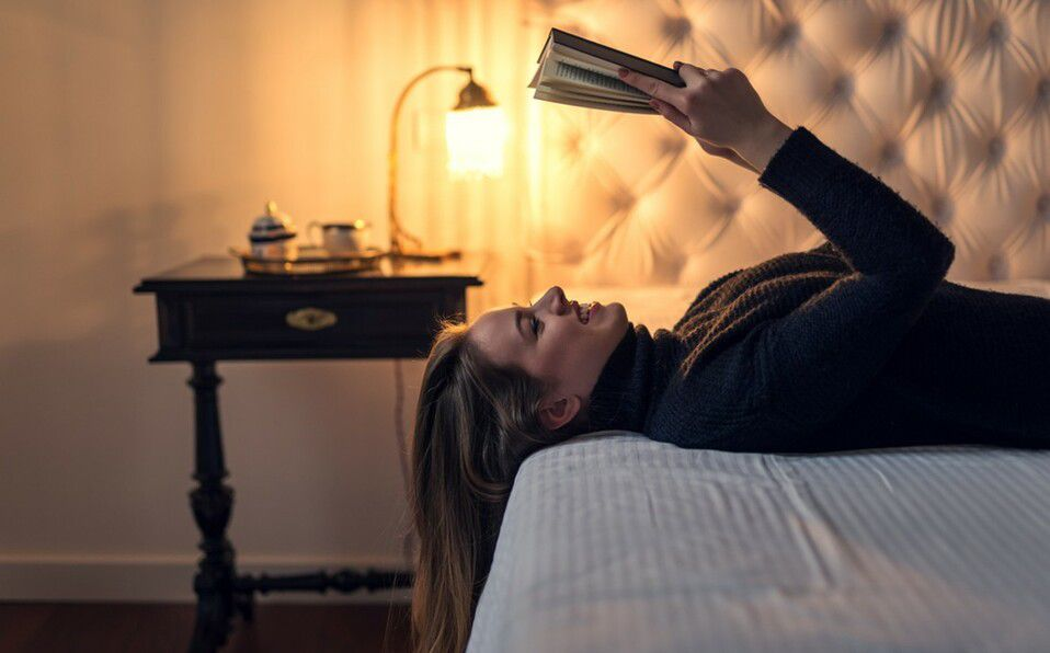 Leer antes de dormir te ayudará a liberar las tensiones del día a día (Foto: Shutterstock).