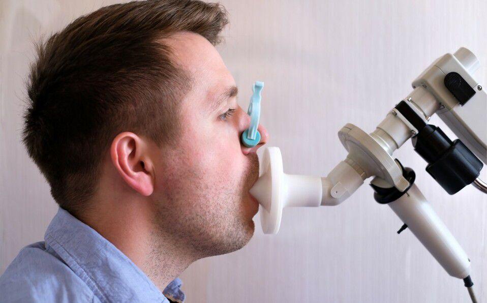 La espirometría evalua cómo funcionan tus pulmones midiendo cuánto aire inhalas y exhalas (Foto: Shutterstock).