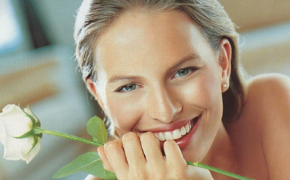 La modelo Karolina Kurkova cuida su piel bebiendo mucha agua y limpiando bien su rostro antes de acostarse (Foto: Fernando Torrent/Instagram)