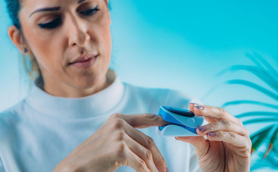 Un oxímetro de pulso es una forma indolora y confiable para medir los niveles de oxígeno en sangre (Foto: Getty Images)