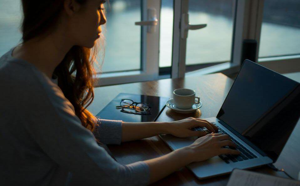 El uso de dispositivos electrónicos antes de dormir afecta nuestra calidad de sueño.