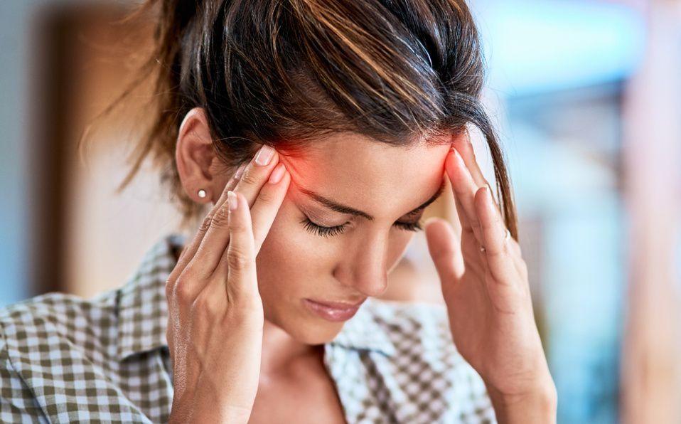 El dolor de cabeza intenso y sin causa es uno de los signos de alarma de esta enfermedad (Foto: Getty Images).