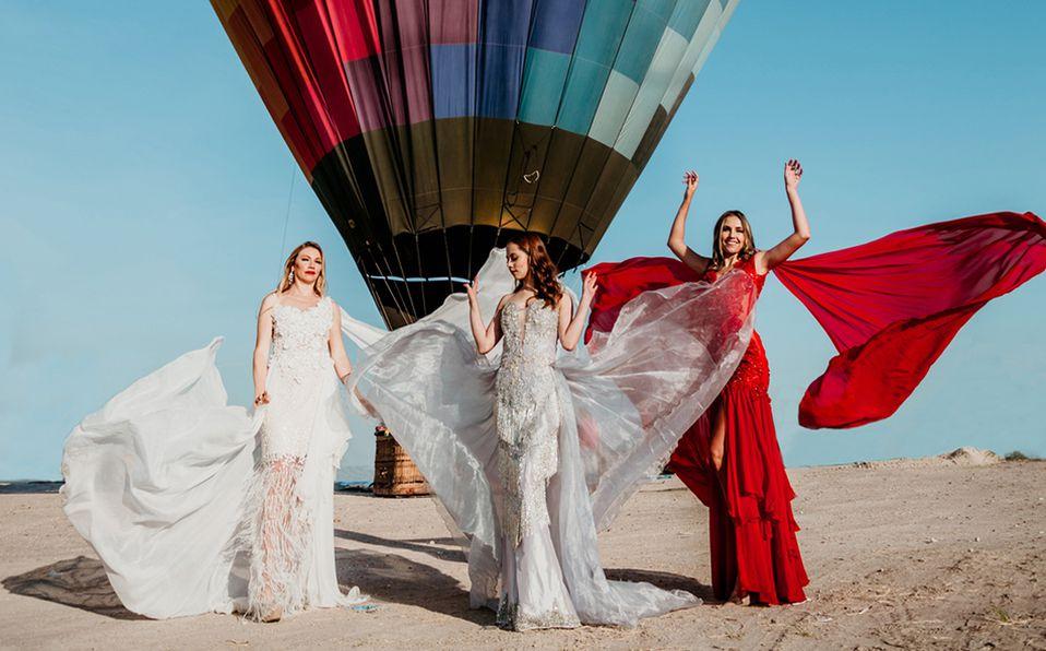El estilo maximalista de los diseños del diseñador Miguel Juárez enmarcados con globos aerostáticos de colores. Foto: BJXMODA