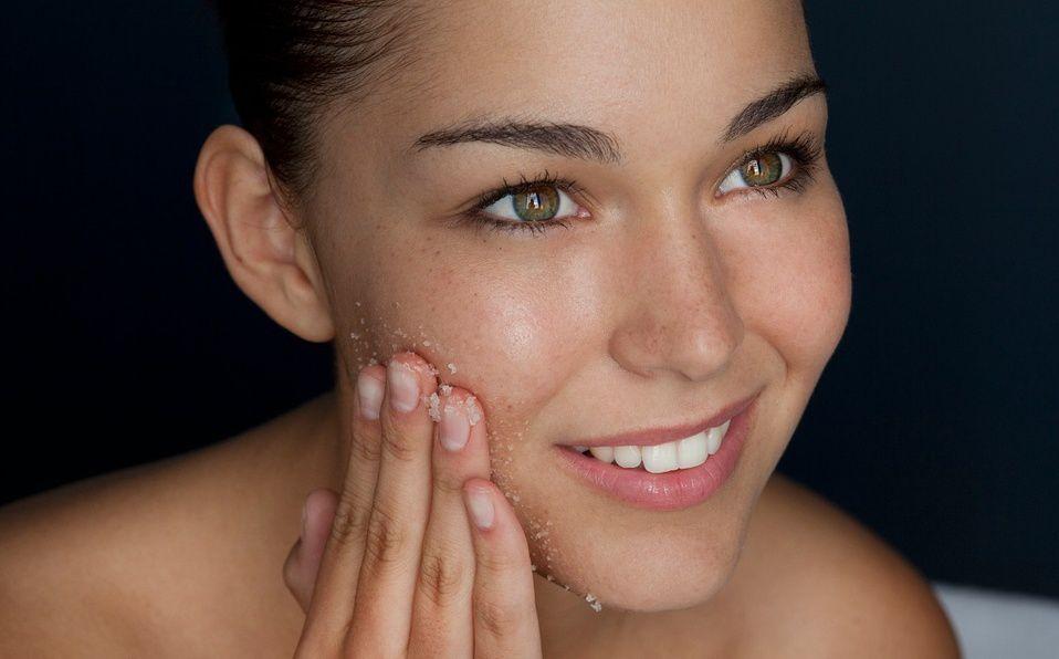 La exfoliación es un paso importante en el cuidado de la piel (Foto Getty Images)