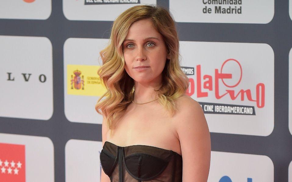 Natasha Dupeyrón brilla con un vestido semitransparente en los Premios Platino