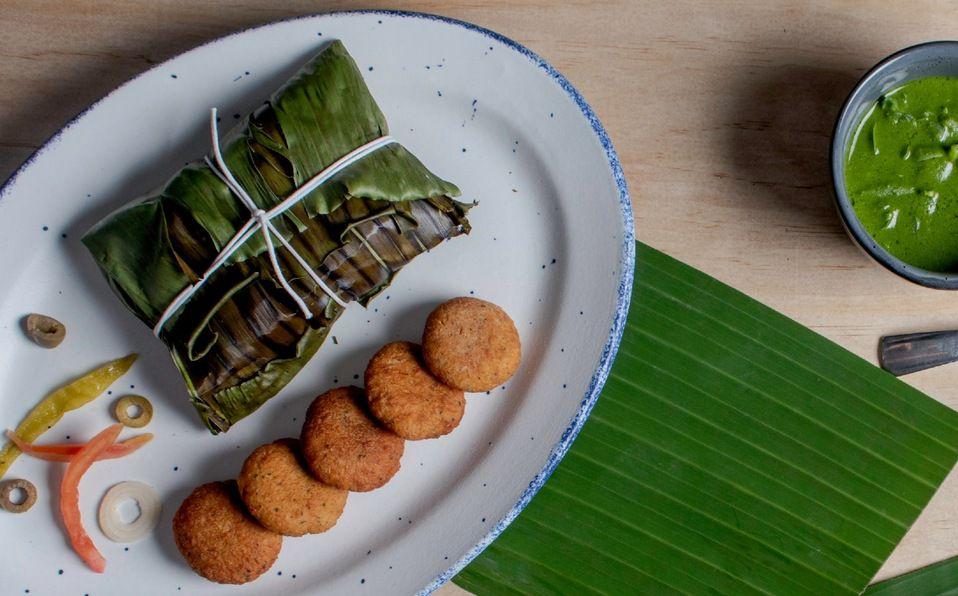 Huachinango empapelado a la veracruzana con tortas de camarón y crema de habas y cilantro (Foto: Cortesía).