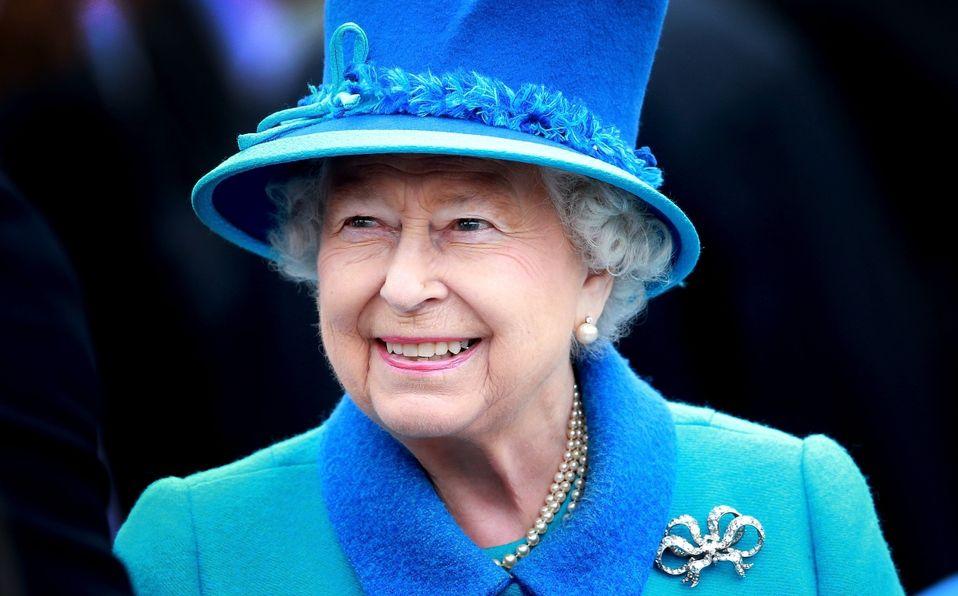 La Reina Isabel insistió en partir un pastel ¡con una espada! (Foto: Getty Images)