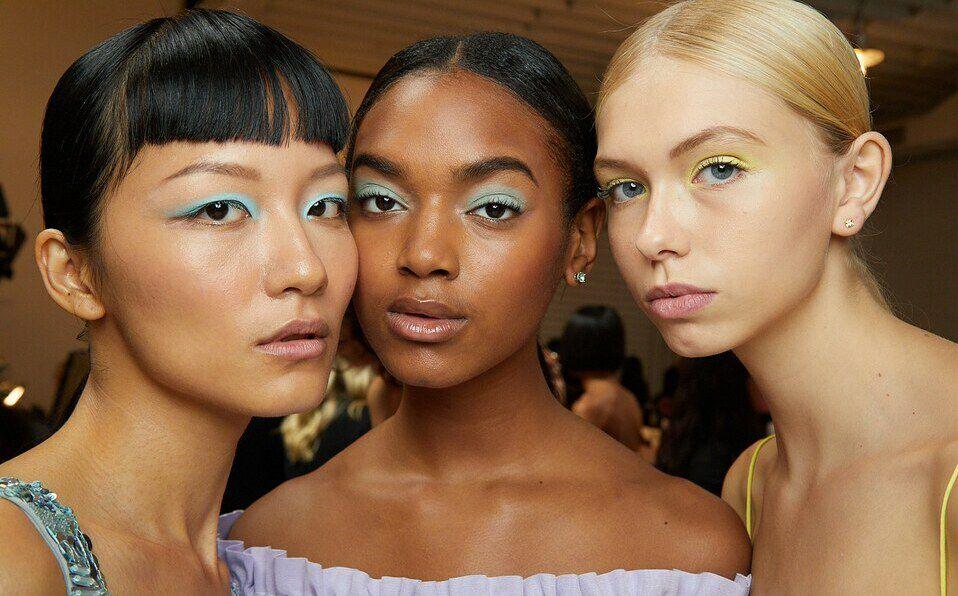 Maquillaje de verano, delineador neón