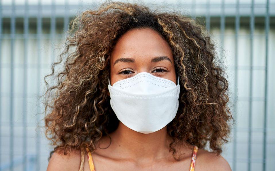 Cubrebocas y covid-19: Acciones que contaminan tu mascarilla (Fotog. Getty images)