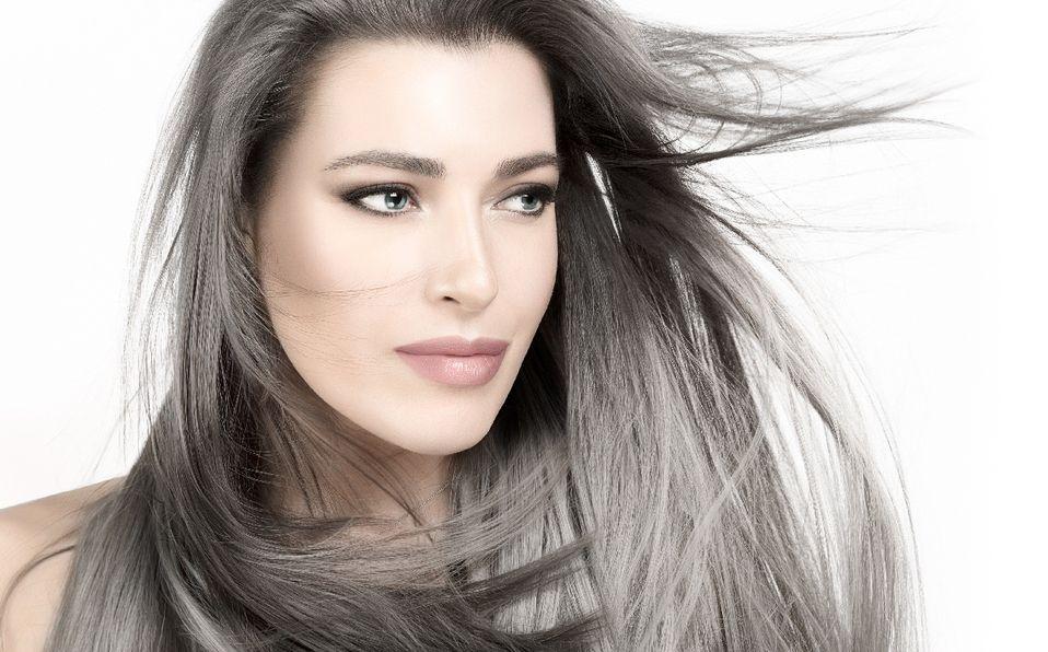 Atrévete a lucir este look para darle luz al rostro y disimular las canas (Foto: Shutterstock).