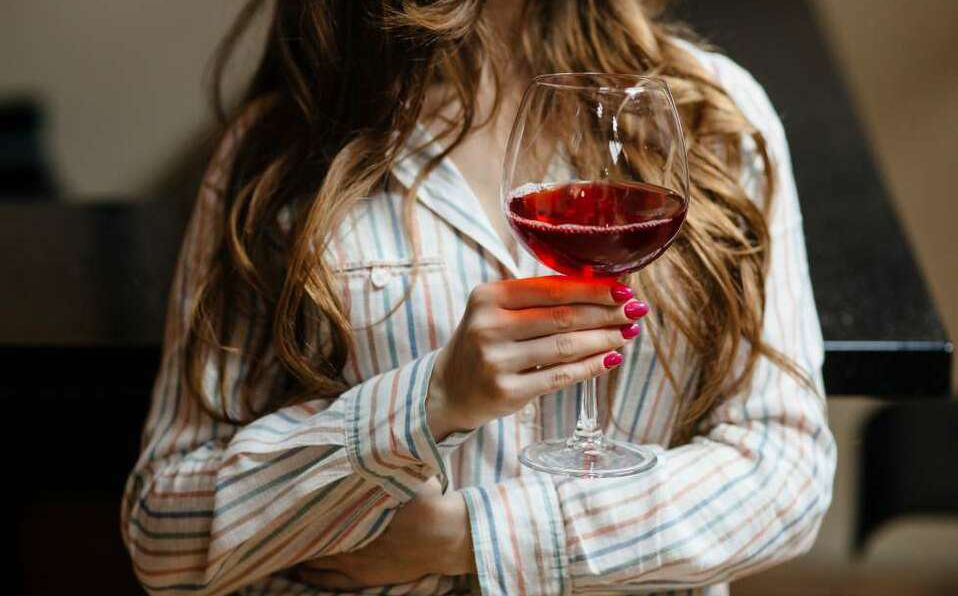 Disfruta de un buen vino en la comodidad de tu casa.